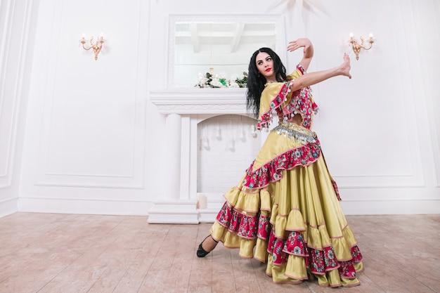Femme gitane passionnée dansant
