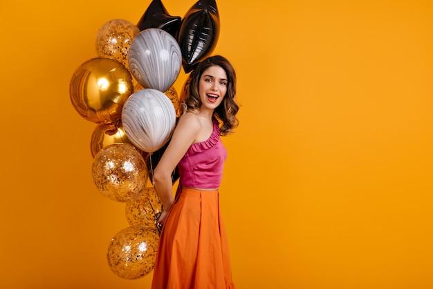 Femme glamour célébrant son anniversaire