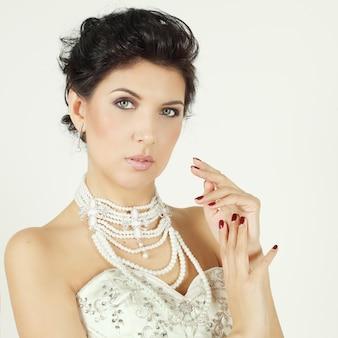Femme glamour en perles