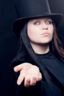 Femme gothique avec chapeau noir