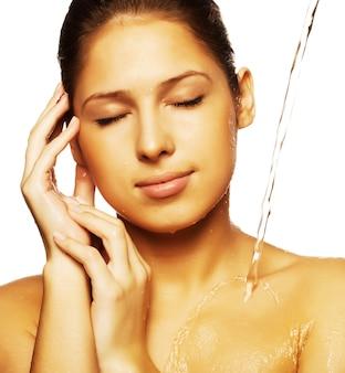 Femme avec une goutte d'eau sur son visage pur