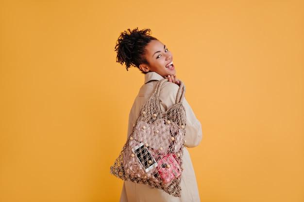 Femme gracieuse posant avec sac à cordes