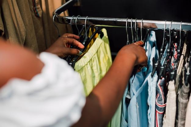 Femme grand angle dans un magasin de vêtements