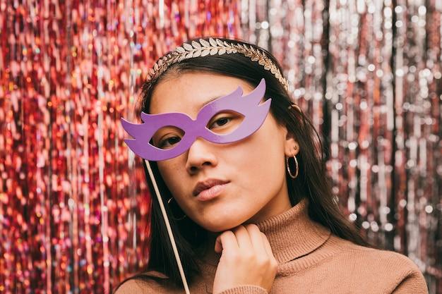 Femme grand angle avec masque à la fête de carnaval