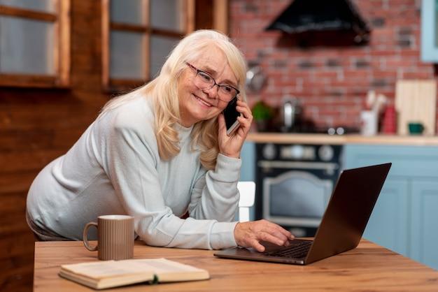 Femme grand angle travaillant à domicile