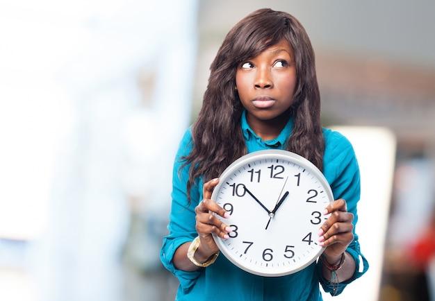 Femme avec une grande horloge dans les mains