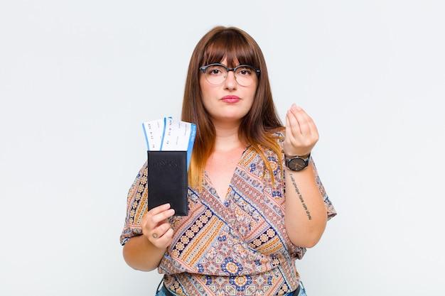Femme grande taille faisant capice ou geste d'argent, vous disant de payer vos dettes!