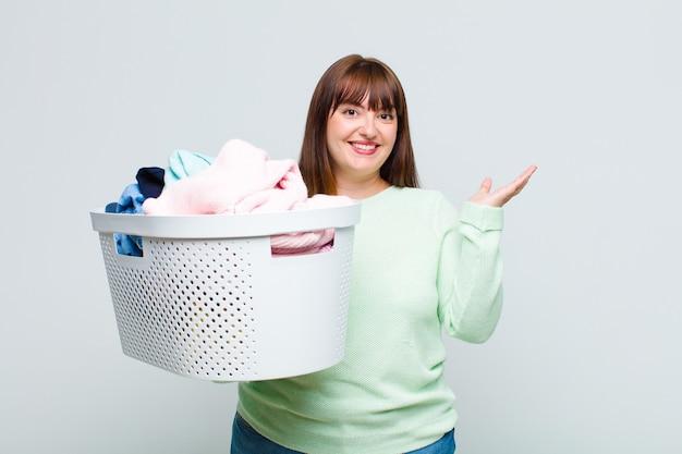 Femme grande taille se sentant heureuse, surprise et joyeuse, souriante avec une attitude positive, réalisant une solution ou une idée