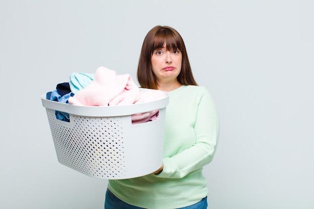 Femme grande taille se sentant triste et pleurnichard avec un regard malheureux, pleurant avec une attitude négative et frustrée