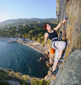 Femme, grimpeur, conquiert, raide, rocher