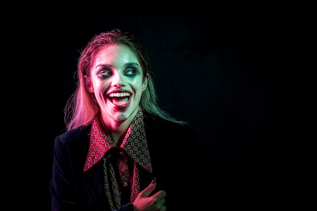 Femme, habillé, joker, rire, hystériquement