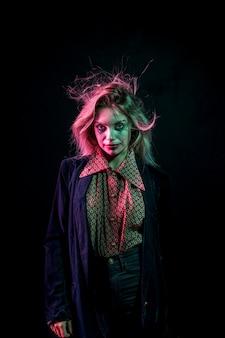 Femme habillée en joker et cheveux drôles