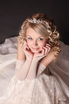 Femme habillée en mariée.