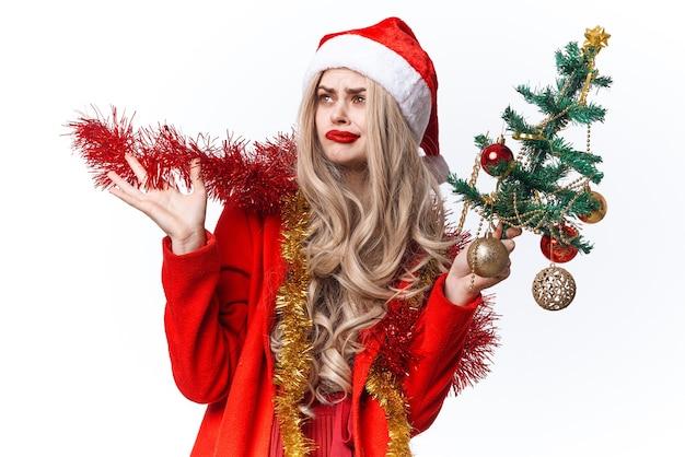 Femme habillée en père noël décorant l'arbre de vacances cadeaux