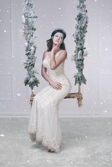 Femme habillée en reine des neiges