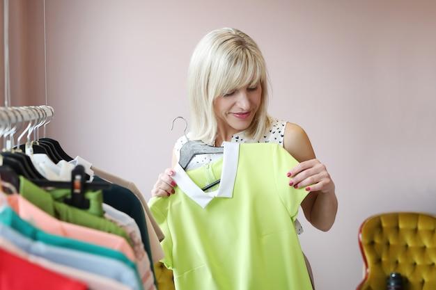 Femme, habillement, magasin