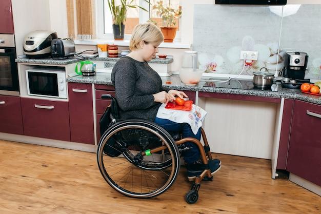 Femme handicapée faisant de la salade dans la cuisine