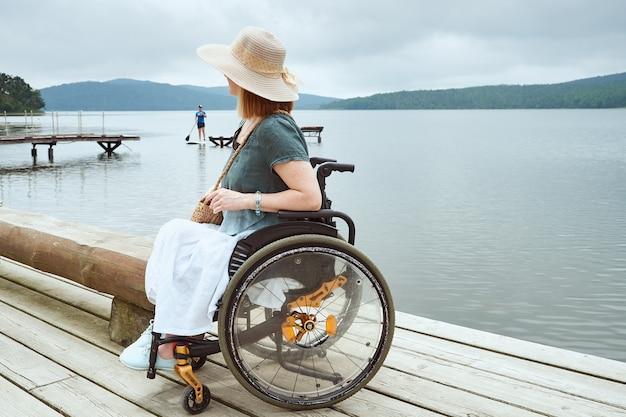 Femme handicapée profitant de la belle vue sur le paysage marin
