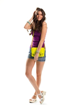 Femme en haut violet. lady touche les cheveux et sourit. sac à main en cuir de couleur vive. belle fille porte des vêtements simples.