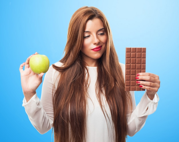 Femme hésitant choisir entre produits