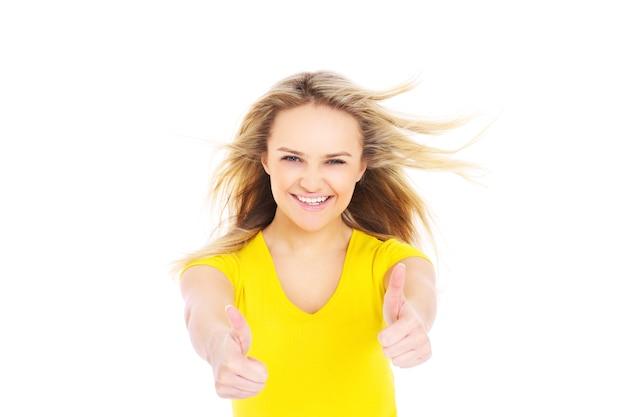 Une femme heureuse acclamant sur fond blanc