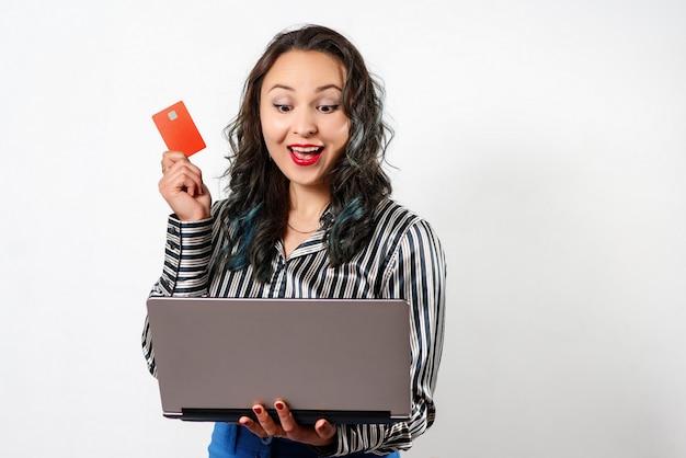 Femme heureuse, achats en ligne avec carte de crédit et ordinateur. achats sur internet