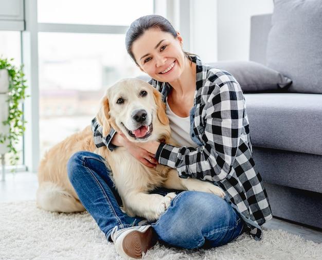 Femme heureuse, à, adorable, chien, intérieur