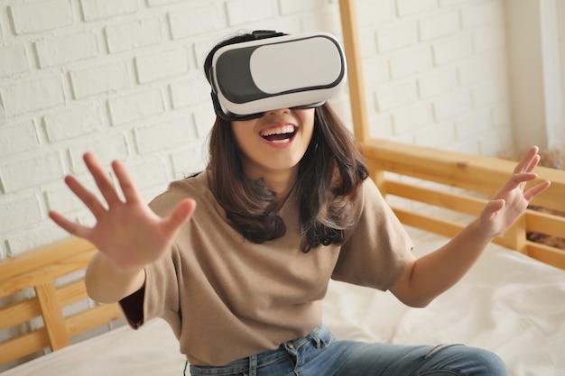 Femme heureuse appréciant, jouant des casques de réalité virtuelle vr