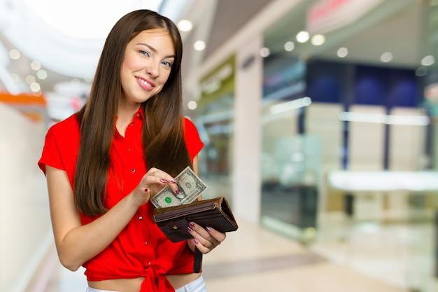 Femme heureuse avec de l'argent