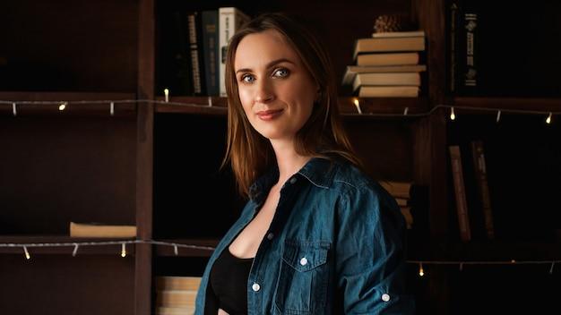 Femme heureuse en arrière-plan de bureau loft. concept de réussite et de bonheur. portrait de jeune femme joyeuse