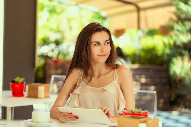 Femme heureuse au café en plein air