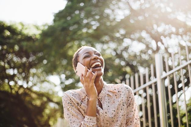 Femme heureuse au téléphone