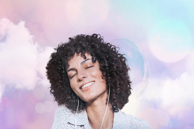 Femme heureuse aux cheveux bouclés portant des écouteurs remixed media avec effet de lumières pastel bokeh
