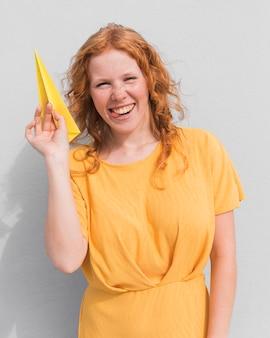 Femme heureuse et avion en papier