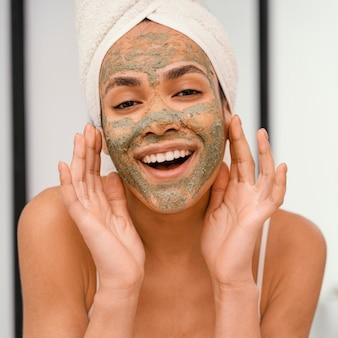 Femme heureuse ayant un masque fait maison sur son visage