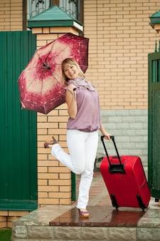 Femme heureuse avec des bagages