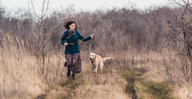 Femme heureuse, à, beau chien