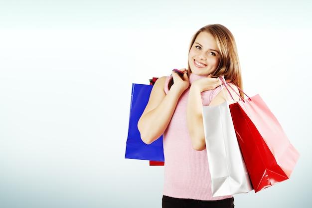 Femme heureuse et beaucoup de sacs à provisions, espace de copie