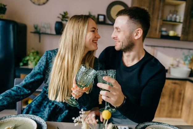 Femme heureuse et bel homme célébrant les vacances