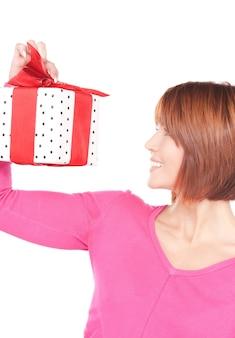Femme heureuse avec boîte-cadeau sur blanc