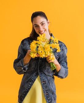 Femme heureuse, à, bouquet fleur