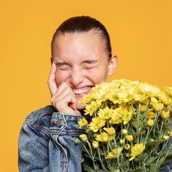 Femme heureuse avec bouquet de fleurs