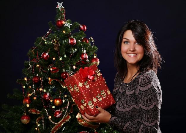Femme heureuse, à, cadeau noël