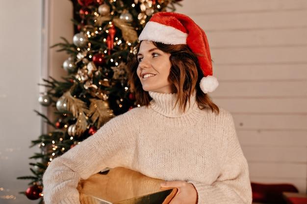 Femme heureuse avec un cadeau de noël.