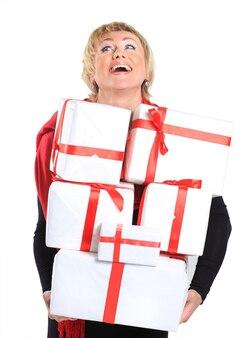 Femme heureuse avec un cadeau