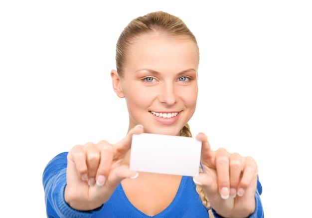 Femme heureuse avec carte de visite sur blanc