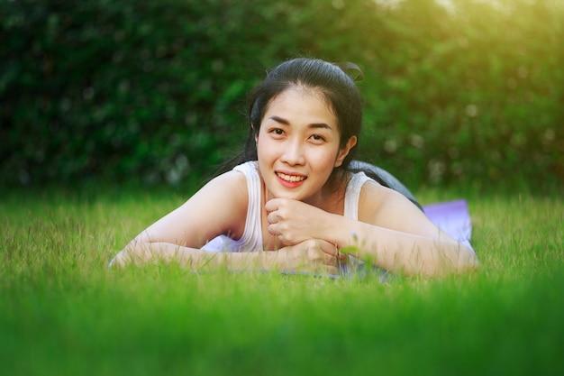 Femme heureuse sur le champ d'herbe verte