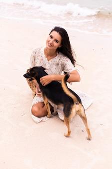 Femme heureuse, à, chien plage