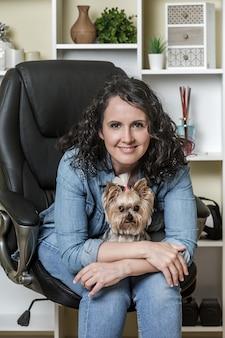 Femme heureuse, à, chien, séance chaise