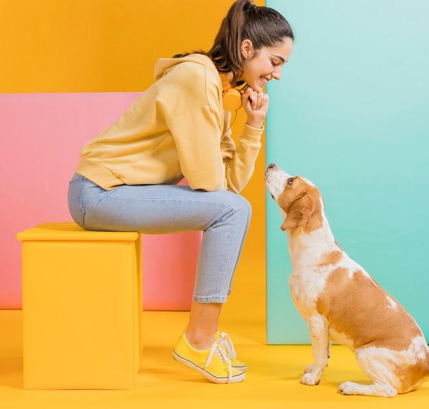 Femme heureuse, à, a, chien